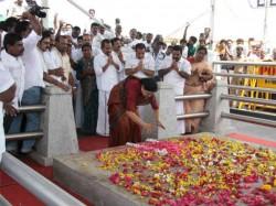 Watch Vksasikala Thump Jayalalitha S Memorial Thrice