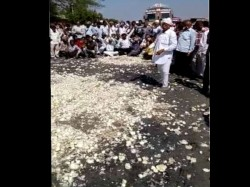 Amreli The Farmers Was Throw Onions The Highway Stop The Road