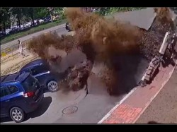 Video Massive Water Pipe Explosion Destroys Cars Smashes Win