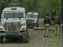 Militants Snatch 5 Rifles From Police Kashmir