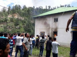 Shimla Villagers Pelt Stones Protest Outside Kotkhai Police Station