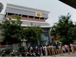 It Raids On Jaya Tv Sasikala Aides Over Rs 1400 Cr Recovered