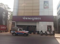 It Raid At Joyalukkas Shops All Over In Gujarat