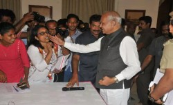 Tamilnadu Governor Banwarilal Purohit Pats Lady Journalist On Cheek
