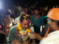 Man Greets Bjp Mla Candidate Dilip Shekhawat With Garland