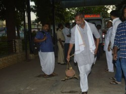 Nana Patekar S Mother Nirmala Dies Actor Performs Last Rites No Bollywood Star Attend Her Funeral