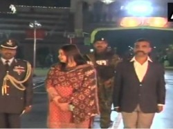 Abhinandan Varthaman Returns India Dr Fareha Bugti With Him At Border