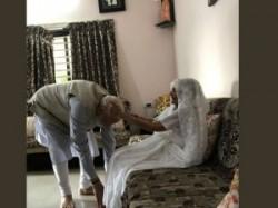 Gujarat Prime Minister Narendra Modi Met His Mother At Her Residence Gandhinagar Today Video