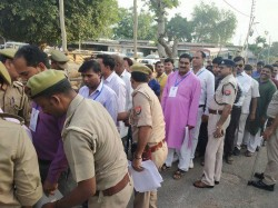 Four Agent Of Bjp Entered In Voting Center With Mobile