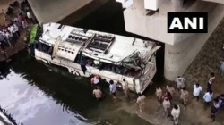 A Bus Carrying Around 40 Passengers Fell Into Jharna Nalla On The Yamuna Expressway Agra