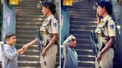 A Beautiful Photo Of Crpf Female Security Personnel From Jammu Kashmir Goes Viral