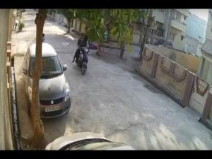 Video: 3 ચેન ચોરો સામે મહિલાએ કર્યો પ્રતિકાર, પરંતુ...