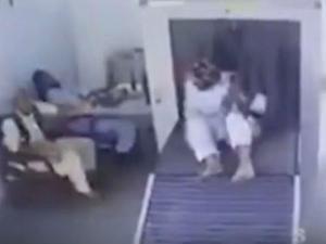 Video: પાકિસ્તાન એરપોર્ટ પર આ વ્યક્તિની હરકત જોઈને તમે હસી પડશો