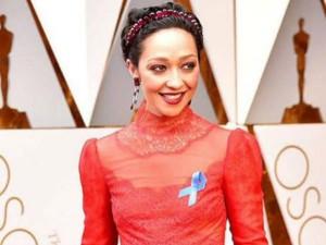 Oscars Awards 2017 Hollywood Protests Trump S Travel Ban With Blue Ribbon