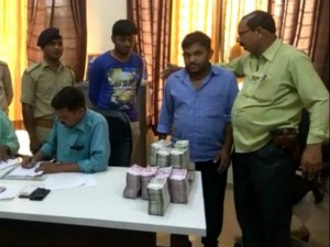 Kheda Two Persons Are Arrested With New Notes Worth 1 25 Cr