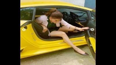 લેમ્બોર્ગિનીમાં ફસાઇ ઉર્વશી રૌતેલા, તસવીર વાયરલ